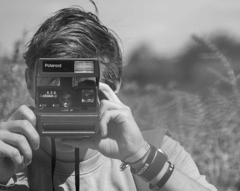ילד עם מצלמת פולורואיד